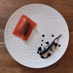Ravioli di sgombro in gel di pomodoro